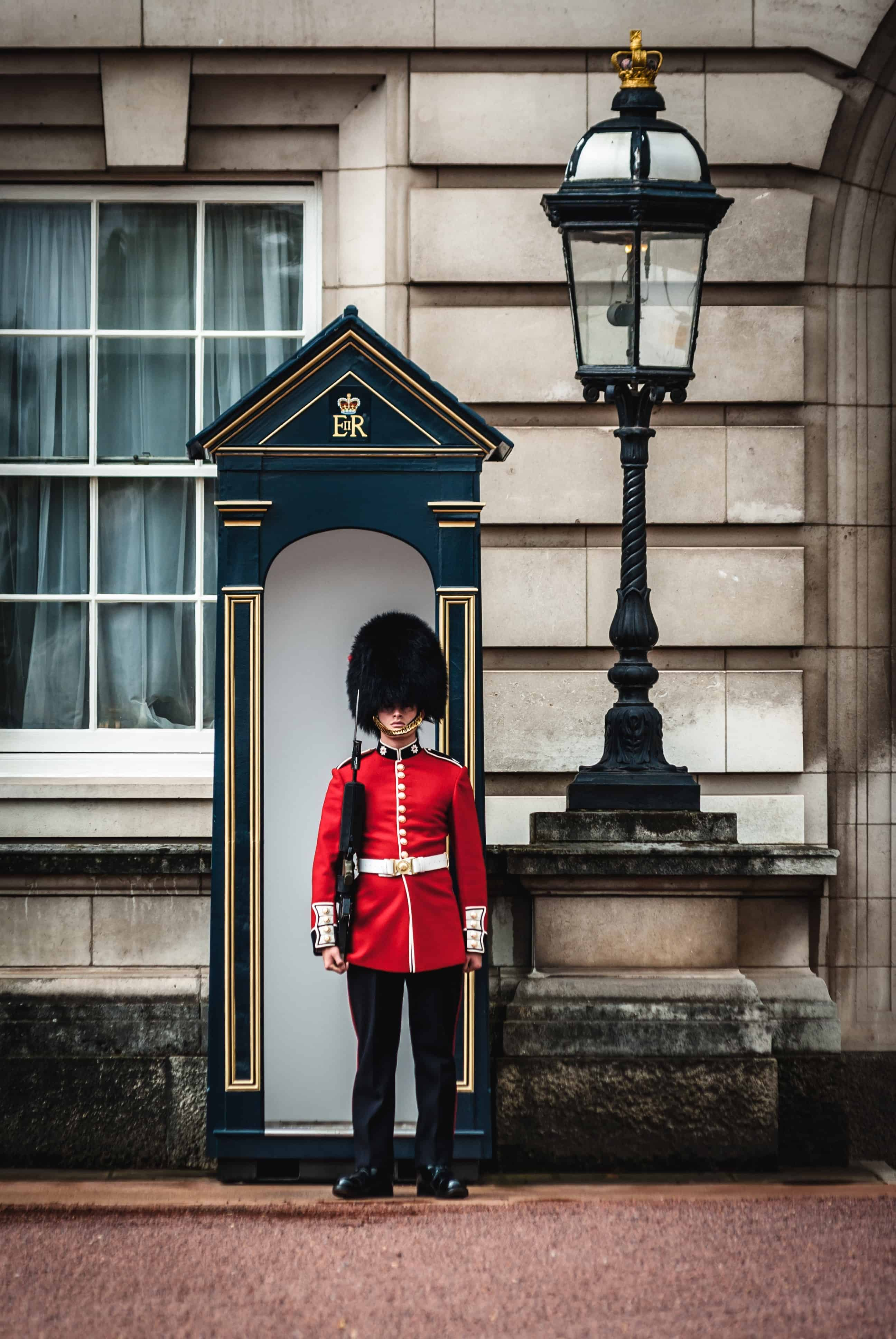 guarding the royal palace in London advantages of international house sitting