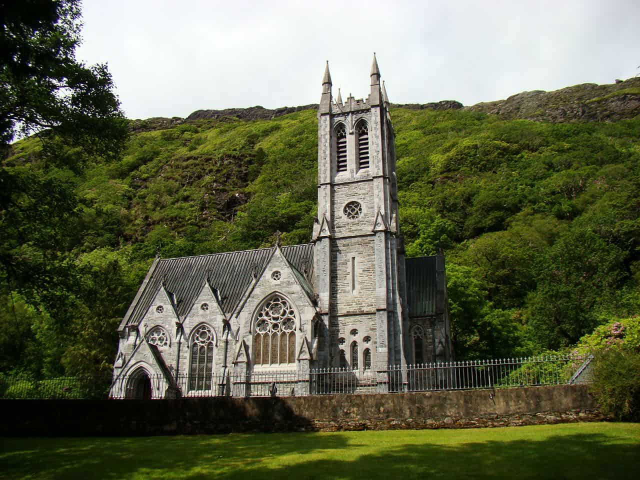 Iconic Kylemore Abbey how to visit it in Ireland