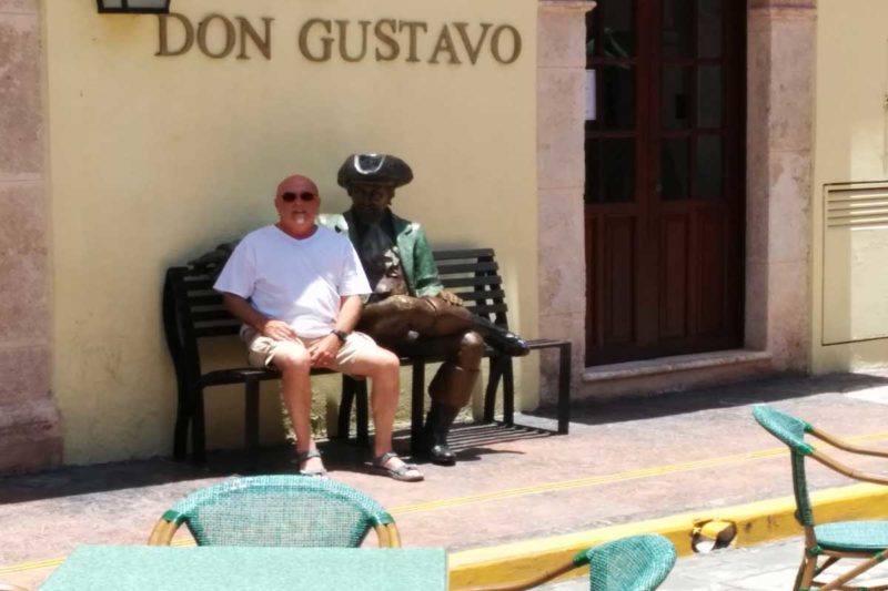 the famous pirate statue made of bronze on the bench in front of the Don Gustavo restaurant in Campeche